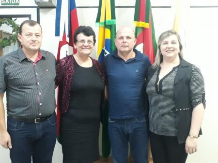 Mesa Diretora. Lado esquerdo para à direita: Vice-Presidente: Valmir; Presidente: Veleda; Secretário: Leonardo e Vice-secretário: Andréia.