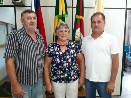 Na esquerda o vereador Roque Pedro Sturmer- Relator; no meio a vereadora Alícia Spiering- Presidente; e na direita o vereador Adair Aloísio Schneider- Vice-Presidente